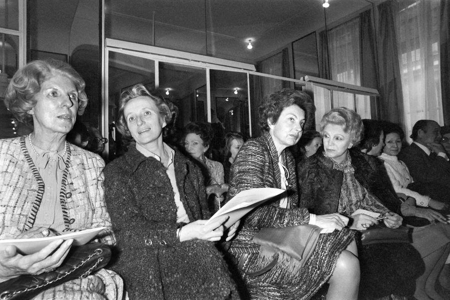 Claude Pompidou, Bernadette Chirac, Liliane Bettencourt et Eva Barre lors d'un défilé Chanel le 30 janvier 1979 à Paris.