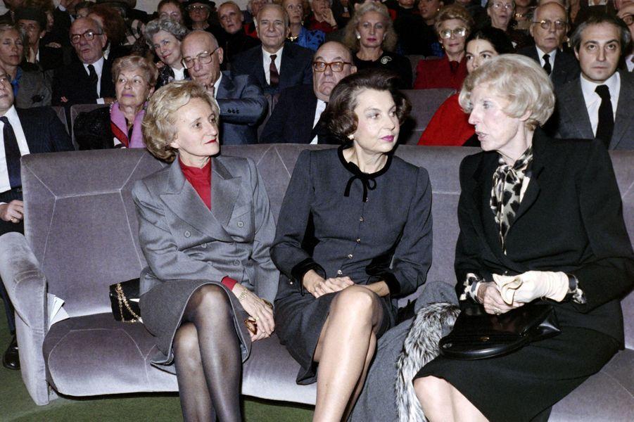Liliane Bettencourt, Claude Pompidou et Bernadette Chirac à Paris le 30 novembre 1988, lors de la cérémonie d'admission d'André Bettencourt à l'Académie des Beaux-Arts.