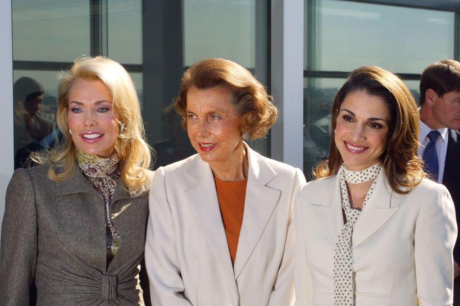 La Bégum Inaara Aga Khan la reine Rania de Jordanie posent, le 30 septembre 2002 à la Fondation Cartier à Paris, aux côtés de Liliane Bettencourt.