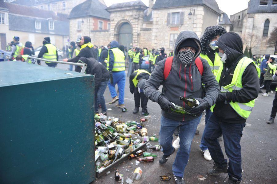 """Acte 2. Des """"gilets jaunes"""" cherchent des projectiles à jeter sur les forces de l'ordre. Paris, 24 novembre 2018."""