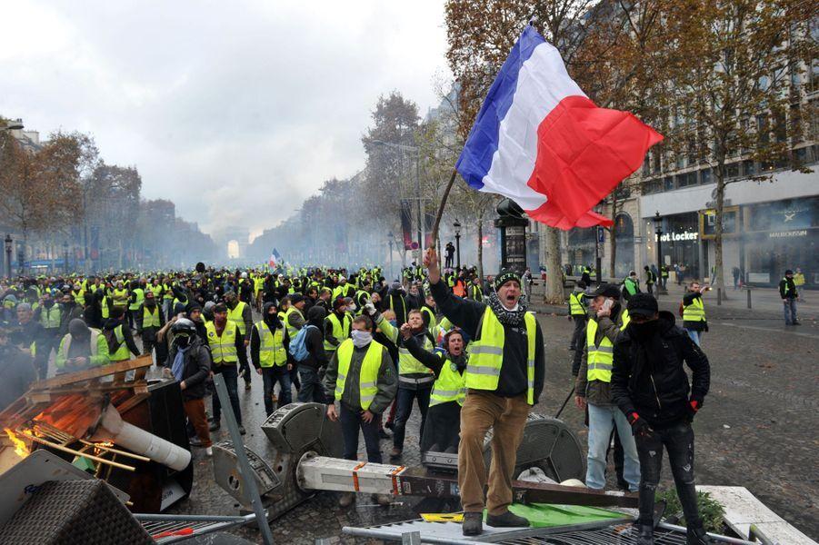 """Dès la première manifestation le 17 novembre 2018, le mouvement des """"gilets jaunes"""" s'oppose violemment aux forces de l'ordre à Paris."""