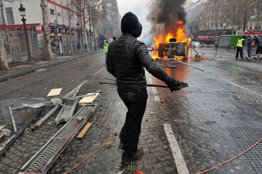 """Un black-bloc se mêle aux """"gilets jaunes"""" à Paris."""