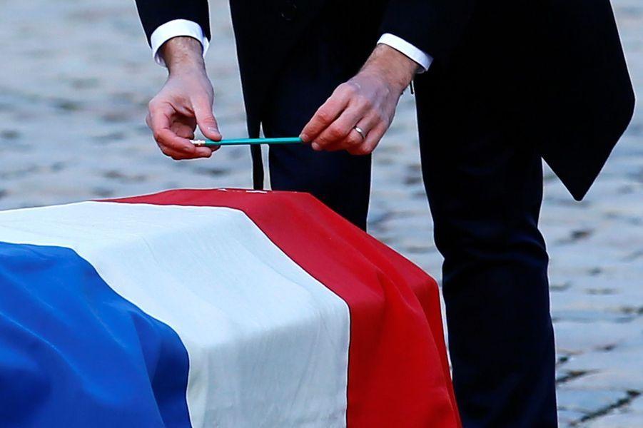 Emmanuel Macron dépose sur le cercueil de Jean d'Ormesson, ceint du drapeau tricolore, un crayon à papier.