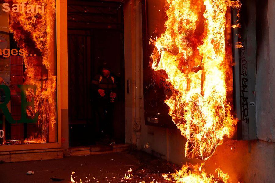 Des incidents ont éclaté samedi à Paris lors de la manifestation contre la réforme des retraites, avec jets de projectiles et répliques des forces de l'ordre.