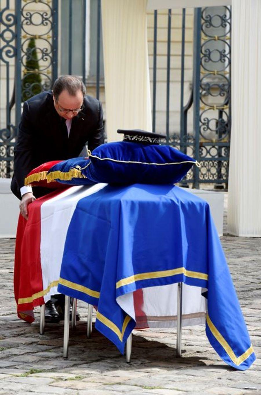 François Hollande rend hommage à Jean-Baptiste Salvaing et Jessica Schneider, les policiers tués chez eux à Magnanville.