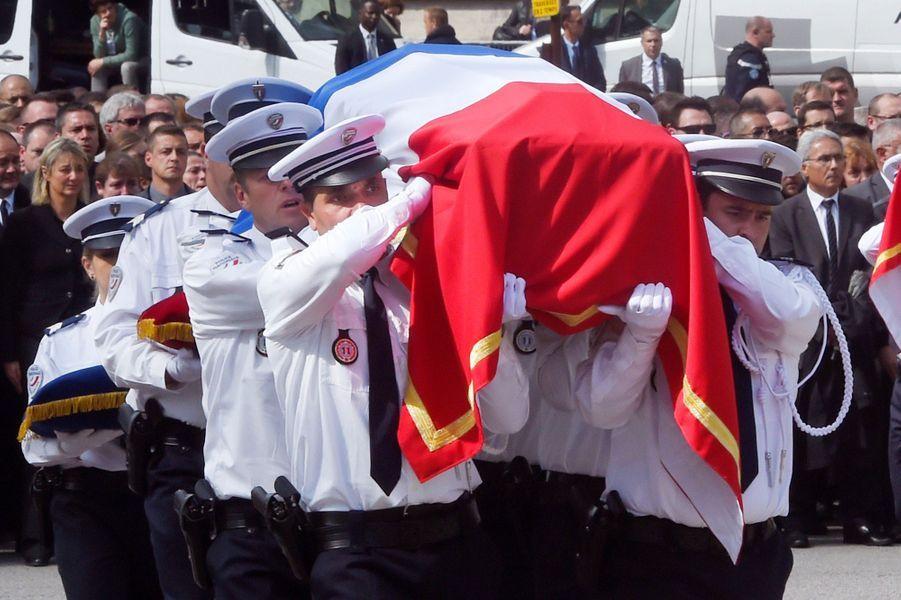 Hommage à Jean-Baptiste Salvaing et Jessica Schneider, les policiers tués chez eux à Magnanville.