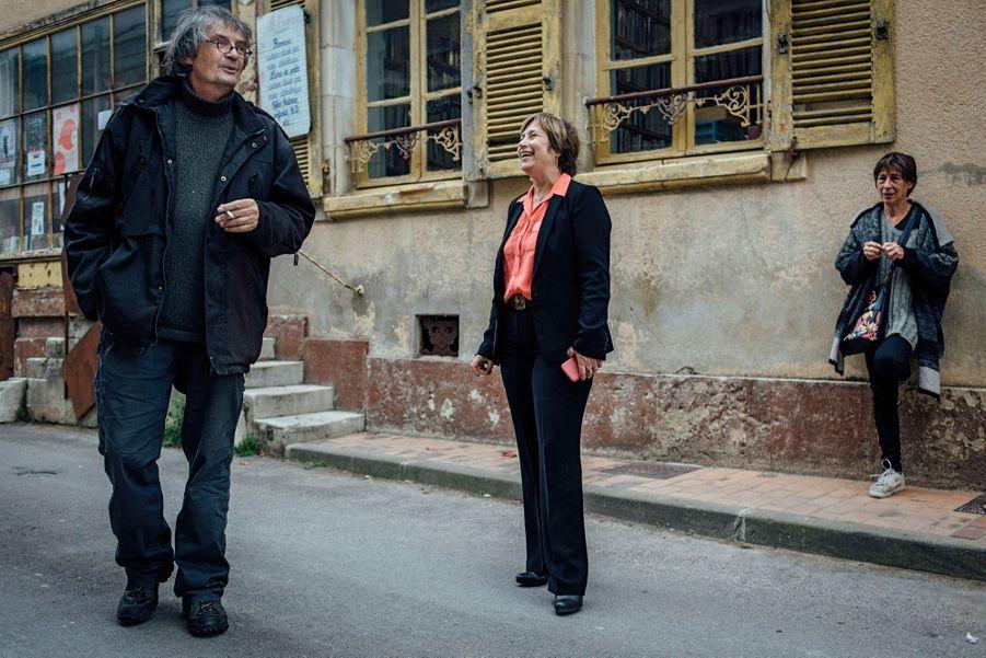 Avec Christine et Patrick, un couple de bouquinistes devant leur boutique en centre-ville.