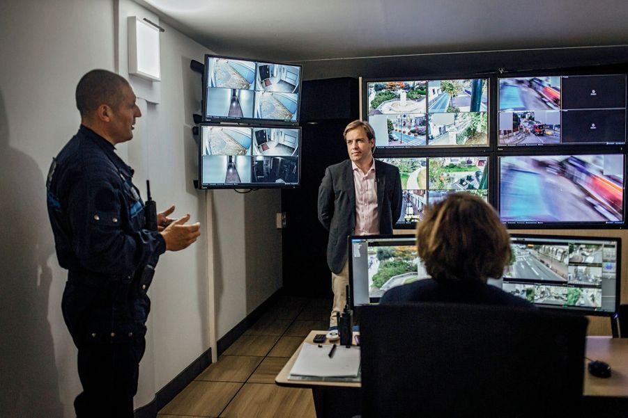Sa première décision, la création d'une police municipale armée de 25agents et la mise en place de 54 caméras qui surveillent la ville.