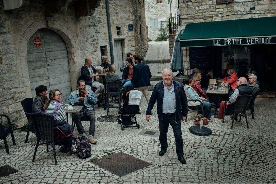 Le 20 octobre. Edouard Chaulet au milieu de ses administrés après le marché du vendredi. , maire PC de Barjac,