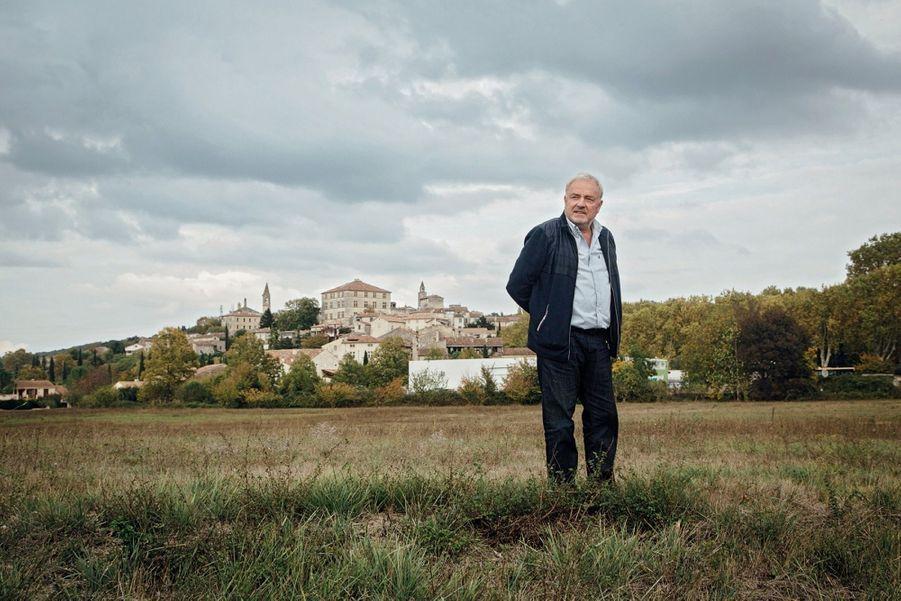 Edouard Chaulet devant le village de Barjac, dans le Gard.