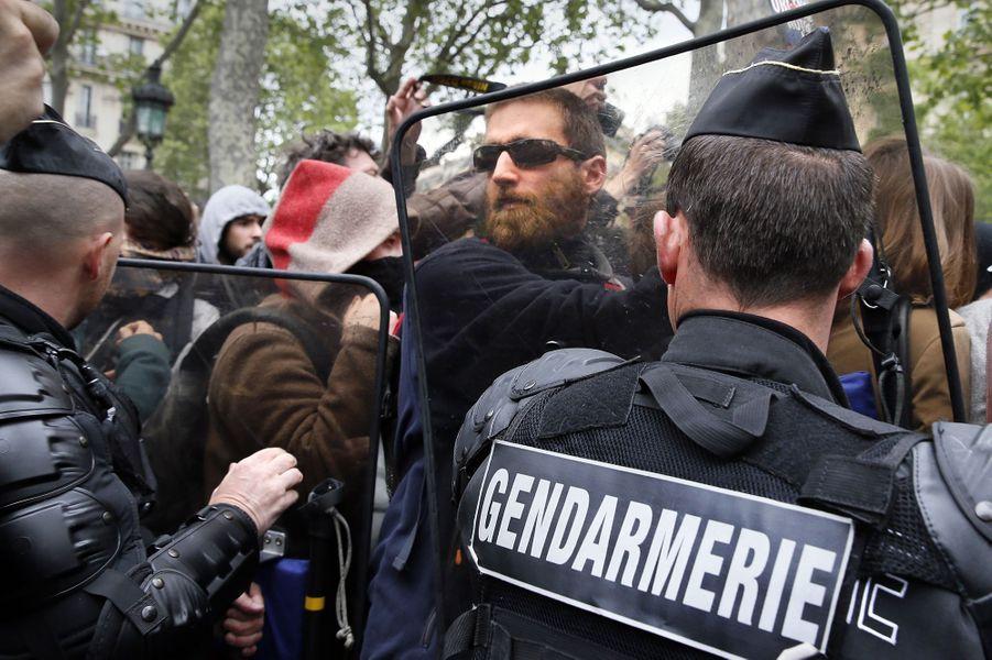 Un rassemblement contre les violences policières interdit par la préfecture a eu lieu à Paris, le 18 mai 2016.