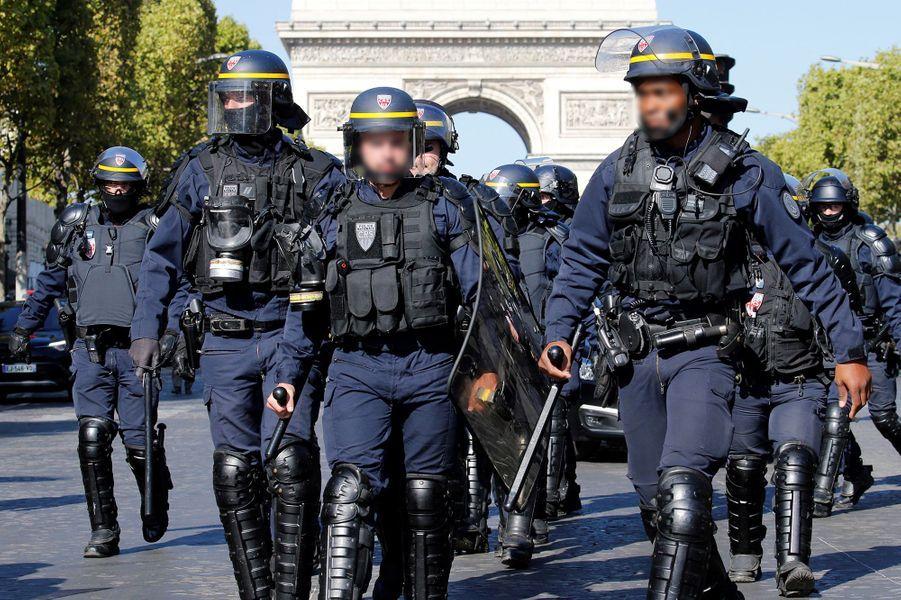 """Le quartier des Champs-Elysées était en proie samedi à des tensions sporadiques entre manifestants se revendiquant des """"gilets jaunes"""" et les forces de l'ordre, qui ont usé plusieurs fois de tirs de gaz lacrymogène."""