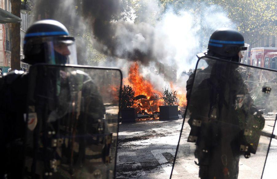 """Des exactions ont été commises par des """"individus violents"""" de la mouvance black bloc au début de la Marche pour le climat à Paris, où 1.000 manifestants """"radicaux"""" ont été signalés par la préfecture de police (PP)."""