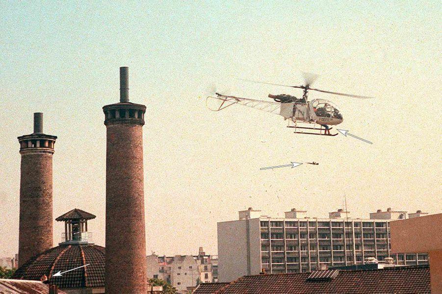 """« Le gangster s'envole sur les patins de l'appareil. Un fusil tombe. Le complice est abandonné. Pendant que l'Alouette s'éloigne, Hernandez, le petit braqueur, reste cloué sur place. Dans quelques minutes, il se livrera aux gardiens en criant """"Je me rends!"""" »Paris Match n°1932, 6 juin 1986"""