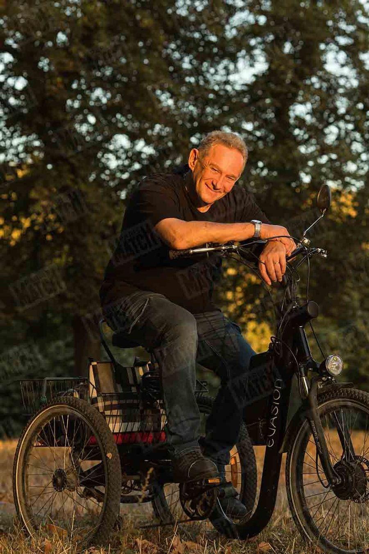 Michel Vaujour pose, le 17 septembre 2018, pour la photographe de Paris Match Kasia Wandycz. Âgé de 67 ans, l'ex-braqueur et roi de l'évasion a renoncé à sa vie de cavale, par amour pour sa femme Jamila.