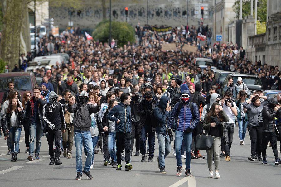 Environ un millier de lycéens et étudiants, selon la police, ont manifesté mercredi à Nantes