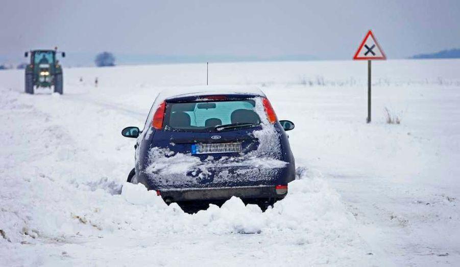 Une voiture enlisée dans un fossé le long d'une route couverte de neige à Moreuil, près d'Amiens.