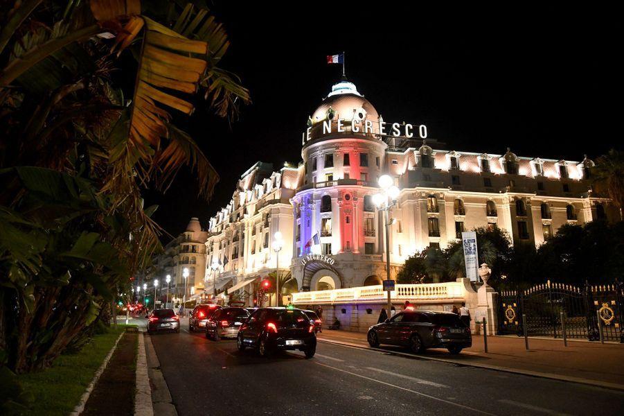Le Negresco aux couleurs du drapeau français.