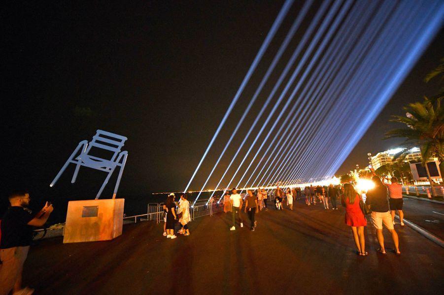 86 faisceaux lumineux ont illuminé le ciel de Nice mardi soir pour un hommage poignant aux86 victimes de l'attentat terroriste du 14 juillet 2016.
