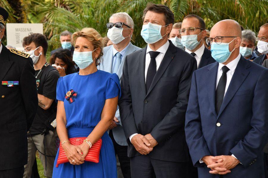 Le maire de Nice Christian Estrosi aux côtés de son épouse Laura Tenoudji et d'Eric Ciotti lors de la cérémonie d'hommage dans les jardins du musée Masséna.