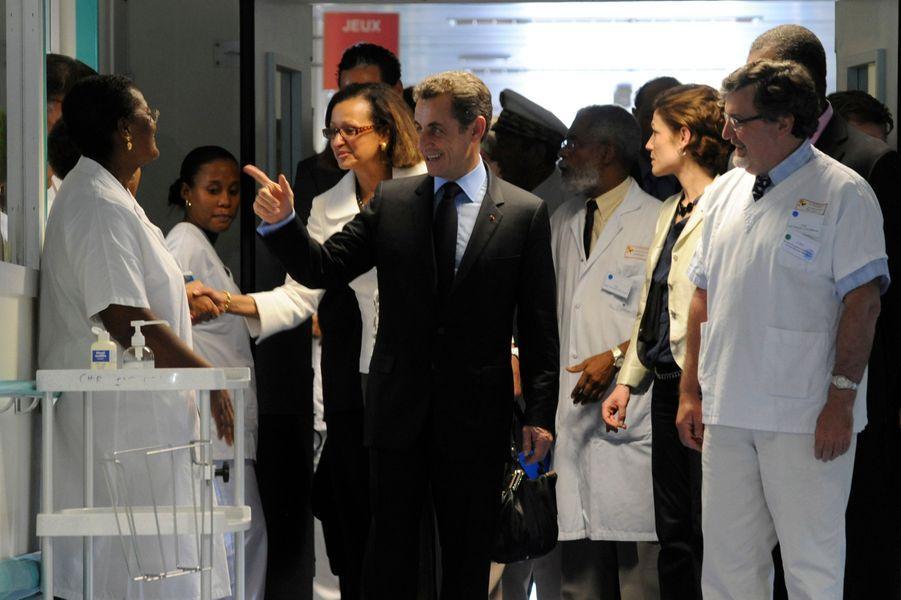 Le président s'est ensuite rendu au CHU de Fort-de-France pour visiter les équipes médicales et les enfants haïtiens blessés évacués en urgence.