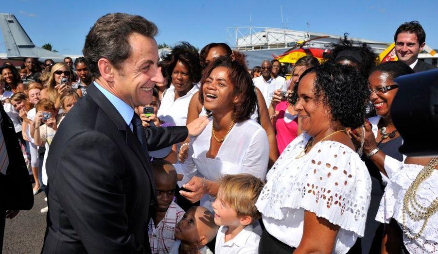 Il a aussi discuté avec les Martiniquais venus l'accueillir.
