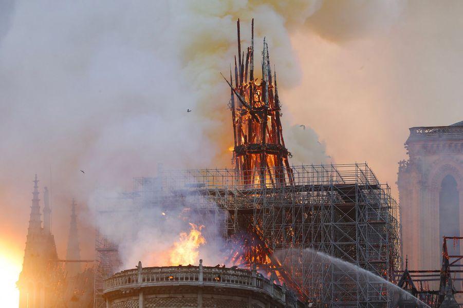 La flèche de la cathédrale Notre-Dame de Paris s'est effondrée lundi soir, brûlée dans l'incendie.