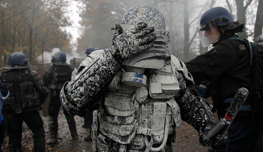 Un gendarme aspergé de chaux
