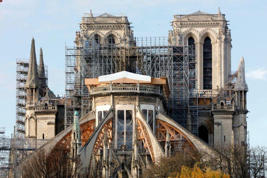 Depuis l'arrière de la cathédrale. Les vitraux ont été soigneusement enlevés, les ouvertures protégées de la pluie et du vent, les arcs-boutants solidifiés.
