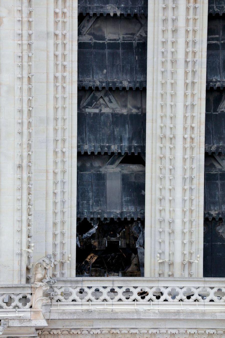 C'est par les baies supérieures, protégées par ces abat-sons habillés de métal, que le feu est entré dans la tour nord le 15 avril, attaquant la structure en bois soutenant les cloches