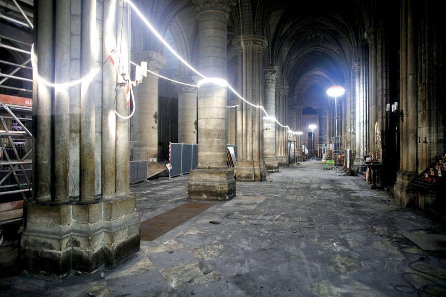 Mi-décembre 2019. Huit mois après l'incendie, le dallage de la cathédrale (ici dans le bas-côté gauche) est de nouveau visible. Mais le risque de chute de pierres est toujours aussi important.