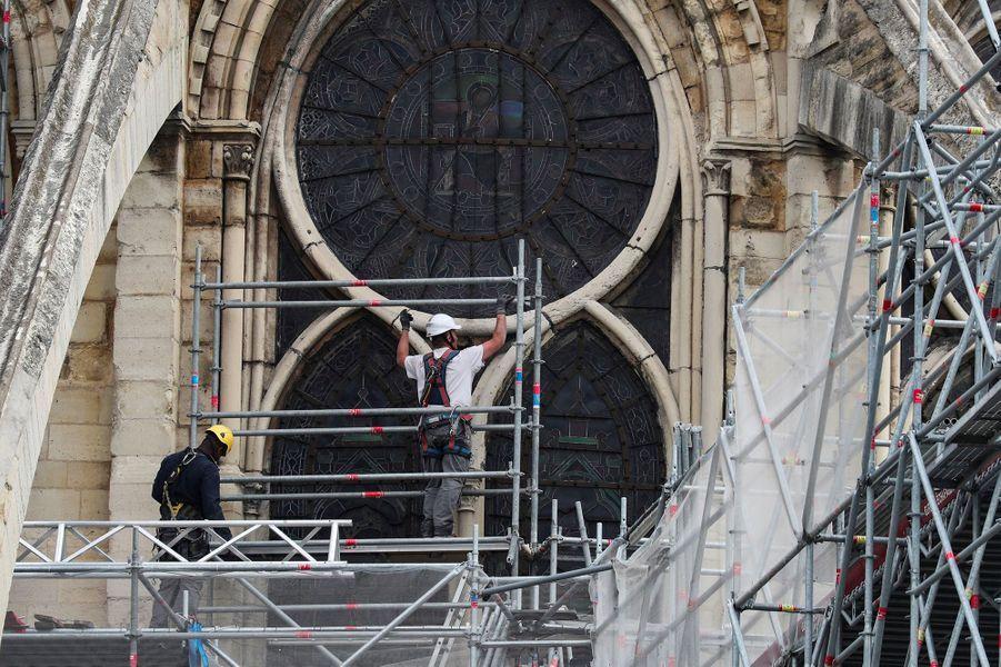 """A l'instar des gros chantiers de restauration, une sorte d'immense """"parapluie"""" doit être installé afin de protéger le bâtiment de façon permanente des intempéries, le temps pour les ouvriersd'effectuer les travaux de reconstruction."""