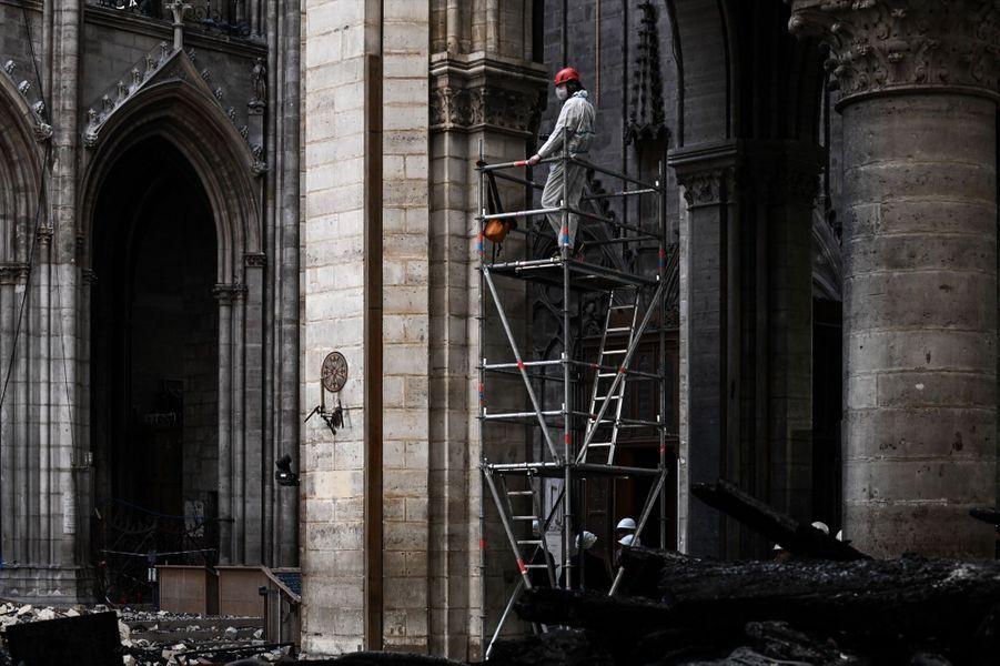 À l'intérieur de la cathédrale Notre-Dame de Paris, ravagée par une incendie le 15 avril 2019.