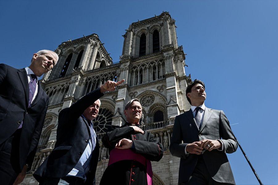 Devant la cathédrale Notre-Dame de Paris, ravagée par une incendie le 15 avril 2019.