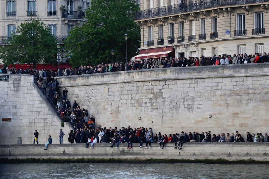 Les pompiers combattent toujours les flammes du gigantesque incendie qui s'est déclaré en la cathédrale Notre-Dame de Paris sous les yeux remplies de larmes des badauds, fidèles, touristes ou parisiens hébétés.