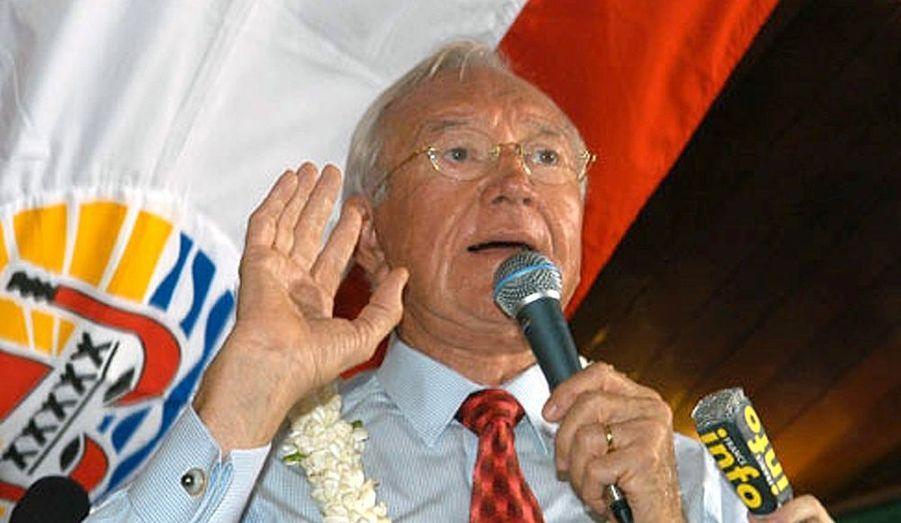 Le sénateur Gaston Flosse a été placé en détention provisoire lundi à la prison de Nuutania, dans la banlieue ouest de Papeete, à Tahiti, apprend-on de source judiciaire. Soupçonné d'être au centre d'un vaste réseau de corruption, le sénateur polynésien a été mis en examen pour corruption passive, recel d'abus de bien sociaux et destruction de preuves. Il a perdu son immunité parlementaire il y a six jours.