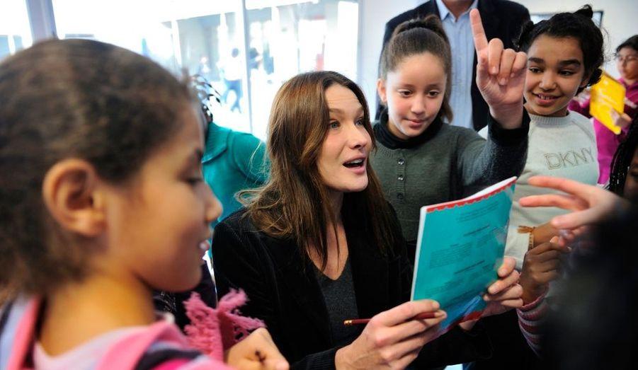 """La première Dame de France, Carla Bruni, s'est rendue jeudi en Seine-Saint-Denis pour parler de la lutte contre l'exclusion par la musique. Entourée de membres de son cabinet et de sa fondation, l'épouse du président a visité une école primaire d'une cité sensible de la ville de Gagny qui a conclu un partenariat avec la maîtrise de Radio France. """"Nous cherchons un modèle, un exemple à développer pour ma fondation et cette école est une réussite extraordinaire"""", a-t-elle dit. """"J'ai retenu une image d'isolement de la ville, cependant dans cette école je retiens une image contraire, beaucoup de joie (...) l'image qui me restera c'est l'image de beaucoup, beaucoup d'espoir et beaucoup de joie"""". Depuis 2007, l'école Olympe de Gouges bénéficie du même système d'enseignement que le lycée La Fontaine, un établissement situé ans le XVIe arrondissement de Paris qui est le vivier traditionnel de cette chorale d'enfants."""
