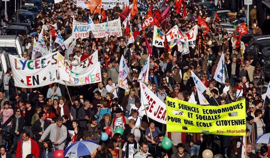 Les enseignants étaient en grève ce mardi en France, où des manifestations ont été organisées dans plusieurs grandes villes (ici à Marseille) à l'appel de syndicats de l'Education et de l'Enseignement supérieur (FSU, CGT, Sud et UNEF notamment). Les syndicats dénoncent les quelque 16.000 suppressions de postes (au total, 50.000 postes détruits en trois ans), le manque de moyens, les modalités de la réforme du lycée et les conditions de formation des maîtres. Quant aux postiers, ils s'opposent à la transformation de leur établissement en société anonyme (SA) à capitaux publics, programmée en 2010.