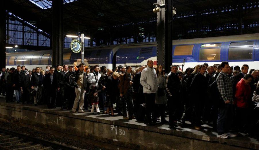 Une grève des cheminots a été lancée lundi soir à l'appel de trois syndicats pour protester contre la restructuration du secteur du fret. Le trafic est conforme aux prévisions avec un train sur deux en moyenne.