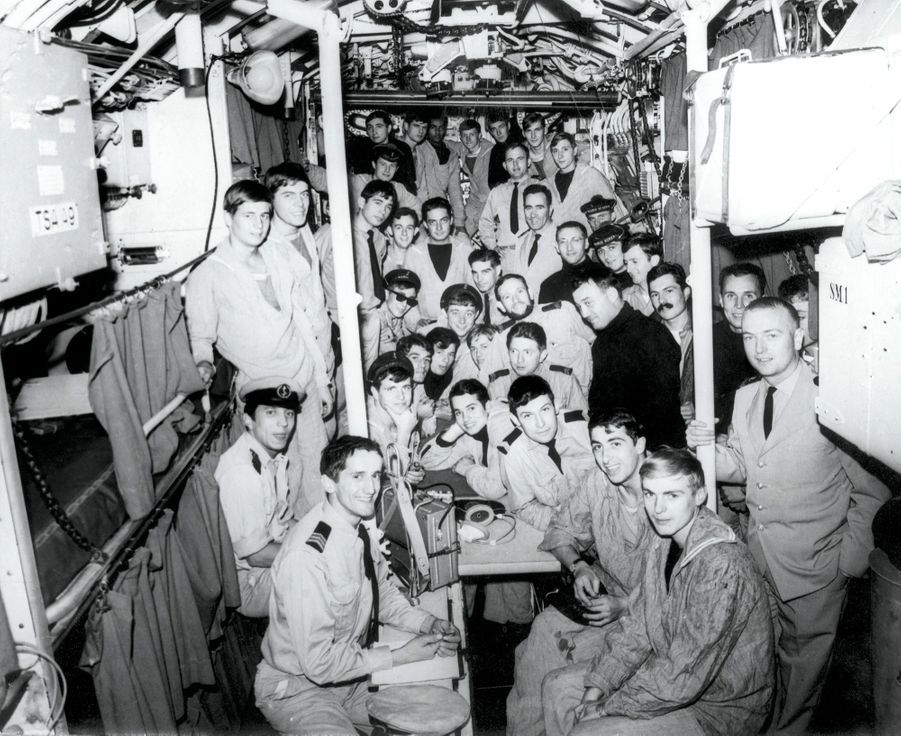 L'équipage de la « Minerve » quelques mois avant la tragédie. Sur ces 39 hommes, certains n'étaient pas à bord le jour du drame ; parmi eux, debout à g., James Gorely, 18 ans.