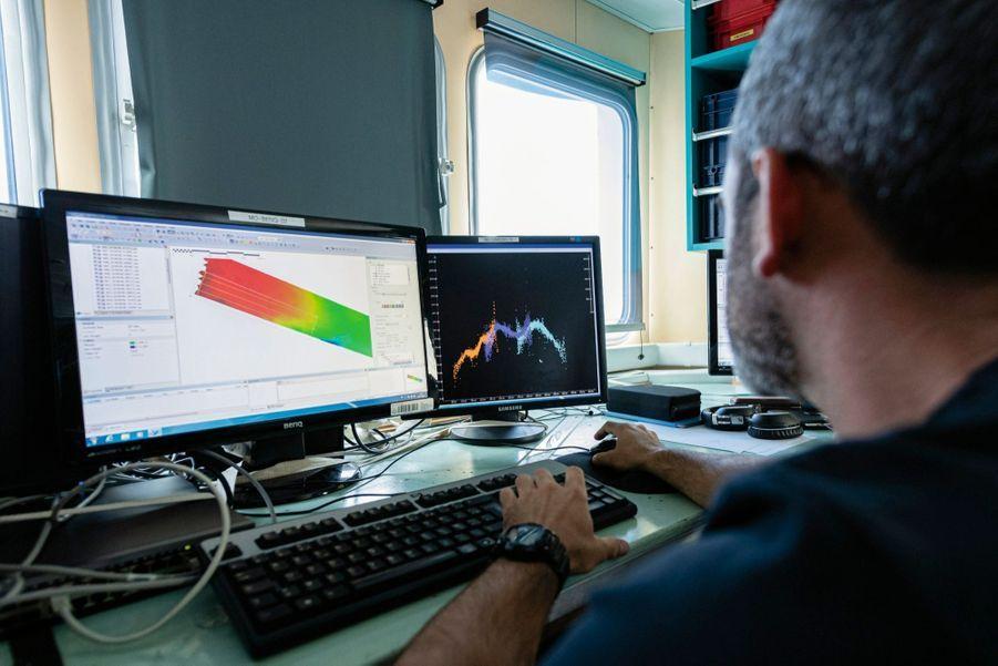 Un officier du Service hydrographique et océanographique de la marine analyse les données recueillies par le drone sous-marin.