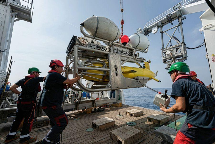 Mise à l'eau d'AsterX à partir de l'« Antea », navire de l'Institut de recherche pour le développement, lors de la seconde phase de fouilles, en juillet 2019.
