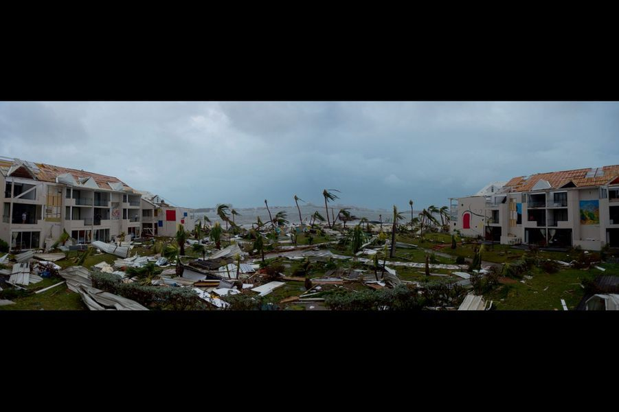 Après Irma, le paysage de la désolation : des pans de toits ont été arrachés, les baies vitrées soufflées, les palmiers décimés. Partout, des morceaux de tôle et de ferraille jonchent le sol.