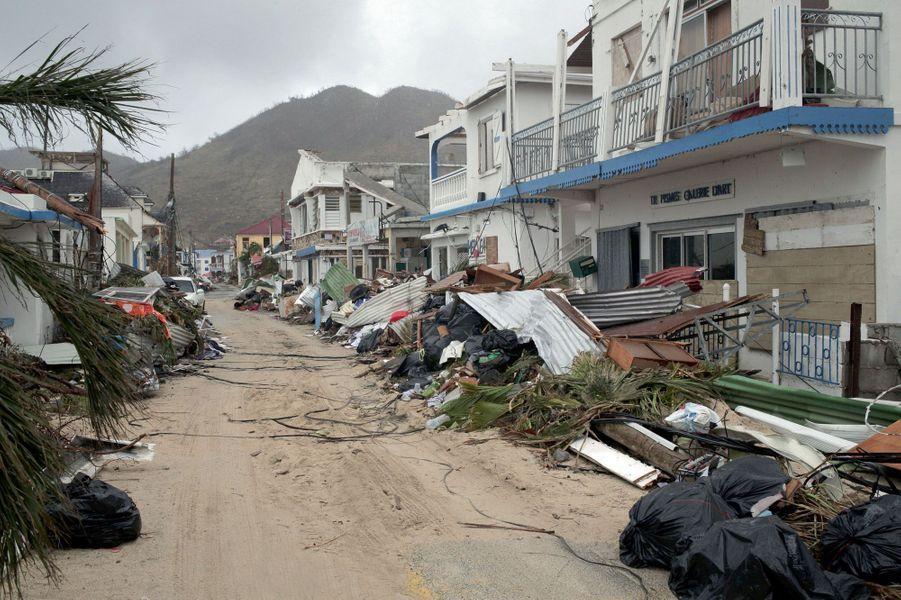 On aimait y faire la fête. Des restaurants, des bars et des maisons du village créole de Grand-Case, il ne reste rien. Vingt-quatre heures après Irma, une pelleteuse a déblayé les rues, les arbres qui barraient la route ont dû être tronçonnés.