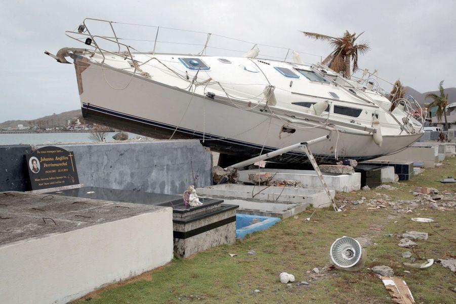 Au milieu du chaos, une scène surréaliste. Propulsé par les vents, ce voilier s'est échoué, avec d'autres, dans le cimetière de Marigot, détruisant les tombes.