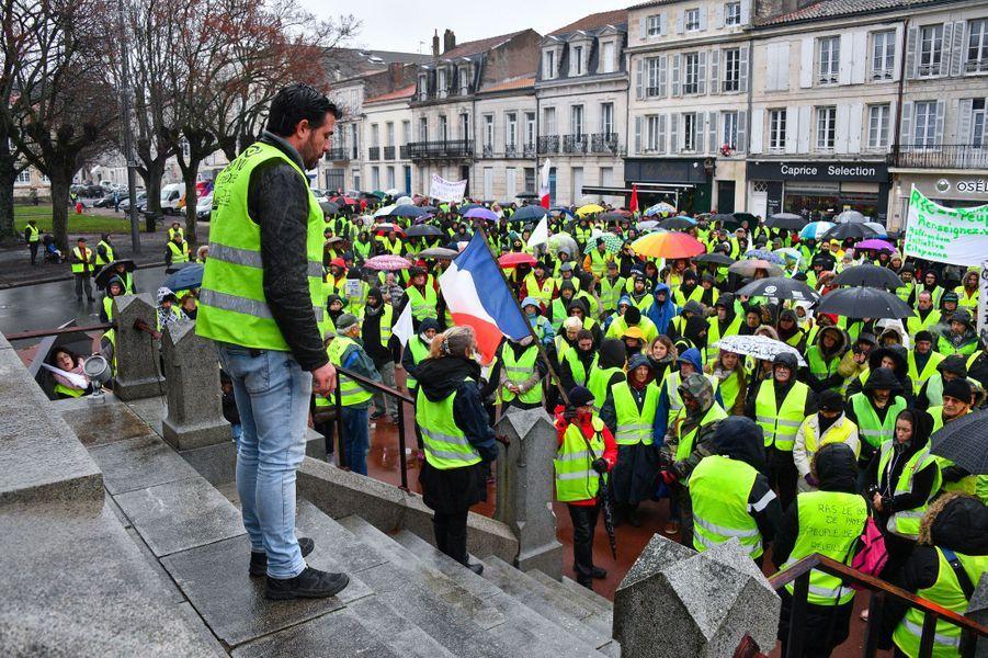 Des «gilets jaunes» à Rochefort, en Charente-Maritime, samedi.
