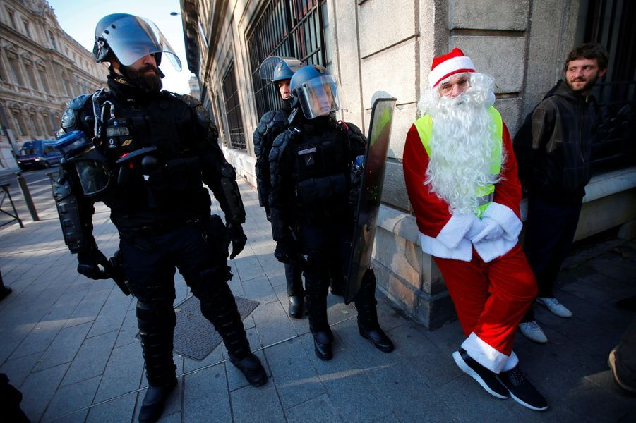 Un «gilet jaune» père Noël à Marseille, samedi.