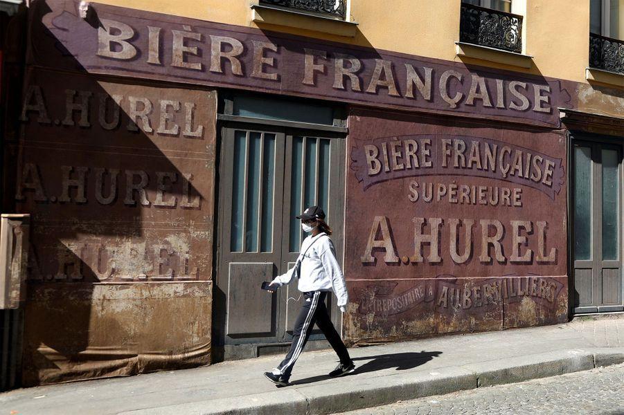 Une rue de Montmartre est figée dans les années 40.