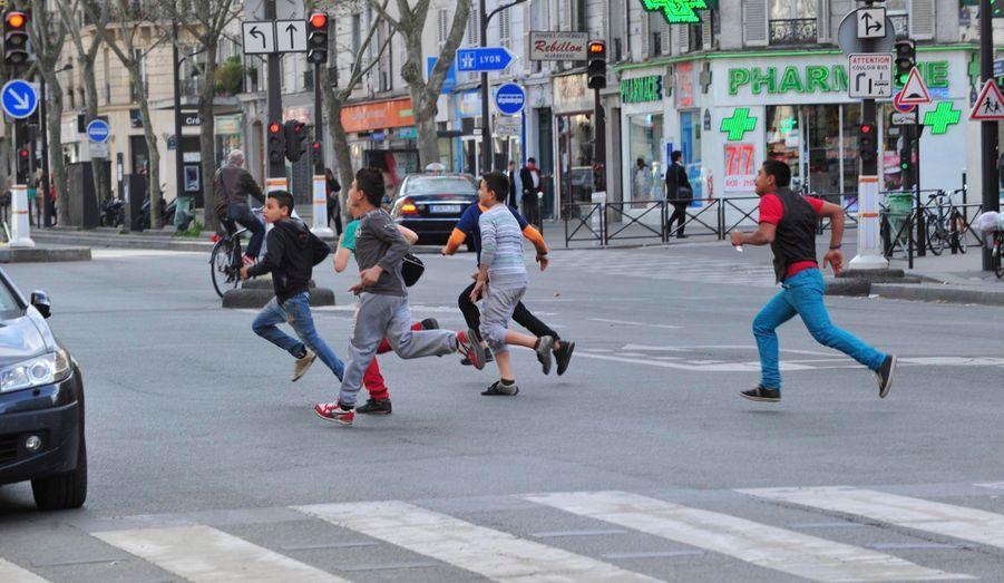 Les enfants prennent la fuite et traversent la route, sans leur butin. Quelques minutes plus tard, ils réitéreront.