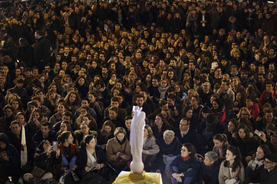Les fidèles réunis place Saint-Michel mardi soir.